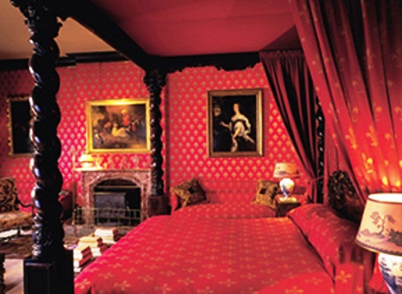 Fifty shades of red or how to create a unique bedroom